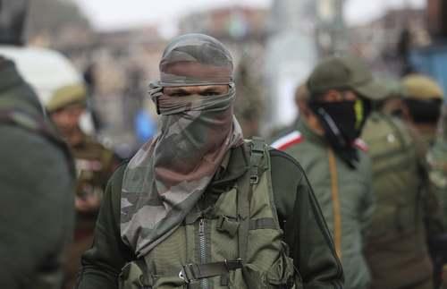 پلیسهای نقاب دار هندی در جریان ناآرامیهای بازاری در کشمیر/ آسوشیتدپرس