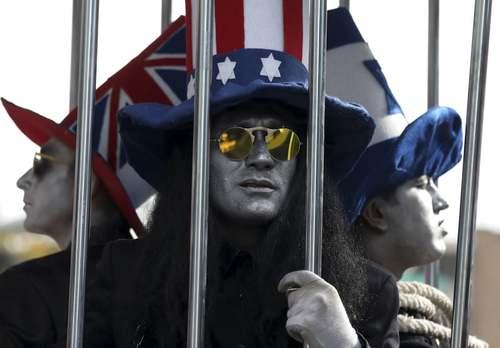 تظاهرات ضدآمریکایی 13 آبان در مقابل سفارتخانه سابق آمریکا در تهران/ عکس: وحید سالمی؛ آسوشیتدپرس