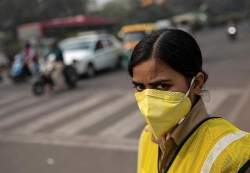 پلیس زن هندی به دلیل آلودگی بیش از حد مجاز هوای شهر دهلی ماسک زده است./ رویترز