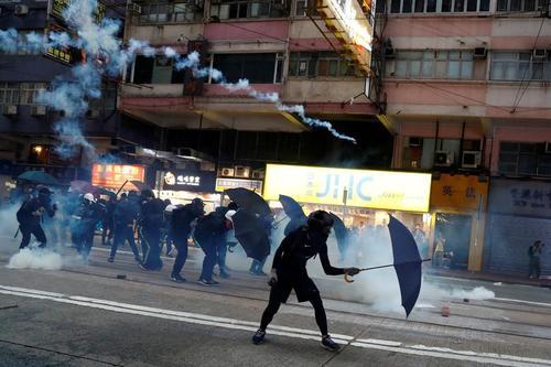 استفاده معترضان هنگ کنگی از چتر به عنوان یک سپر در برابر پلیس/ رویترز