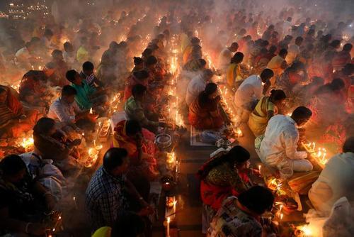 مراسم آیینی هندوهای بنگلادشی در معبدی در نزدیکی شهر داکا/ رویترز