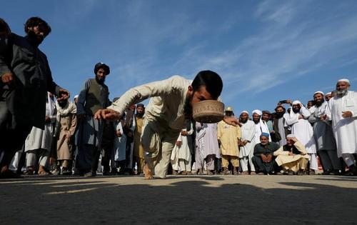 اجرای نمایش در حاشیه تظاهرات ضد دولتی