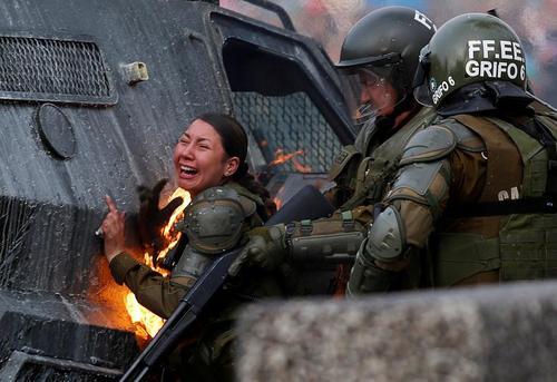 آتش گرفتن لباس یک مامور پلیس ضد شورش شیلی در جریان اعتراضات ضددولتی در شهر