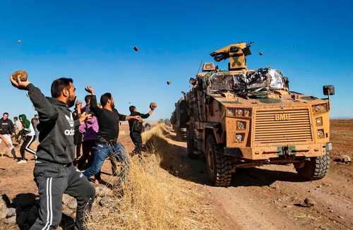 حمله کردهای سوری با سنگ به خودروهای زرهی ارتش ترکیه در استان