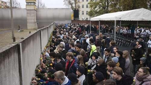مراسم سیاُمین سالگرد سقوط دیوار برلین در پایتخت آلمان و با حضور رهبران این کشور و جمعی از رهبران اروپایی و مردم شهر برلین/ آسوشیتدپرس