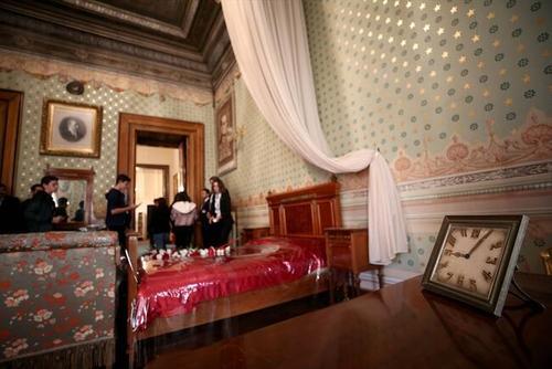 حضور دوستداران آتاترک در اقامتگاه او (دلما باغچه سرای) در شهر استانبول و گذاشتن گل روی تخت خوابی که او 81 سال پیش روی آن درگذشت.
