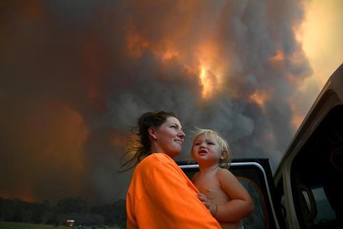 فرار خانوادهها از آتشسوزی گسترده جنگلی در استرالیا/ رویترز