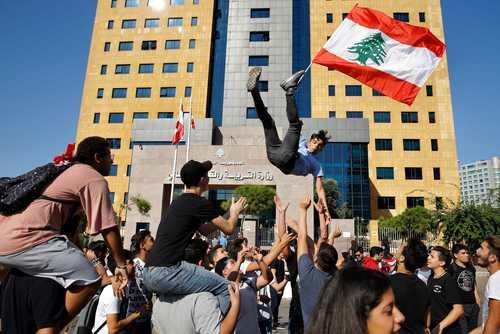 تظاهرات دانشجویان بر ضد دولت لبنان در مقابل ساختمان وزارت آموزش لبنان در بیروت/ آسوشیتدپرس