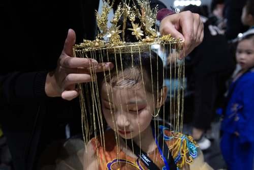آماده کردن یک مدل نونهال برای رفتن روی صحنه در هفته مد کودکان در شهر پکن/ EPA