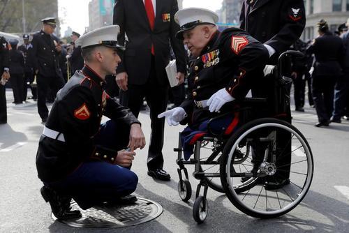 گفتگوی یک افسر 23 ساله نیروی دریایی آمریکا با یک کهنه سرباز مجروح جنگ ویتنام در حاشیه رژه روز یادبود کهنه سربازان در شهر نیویورک آمریکا/ رویترز