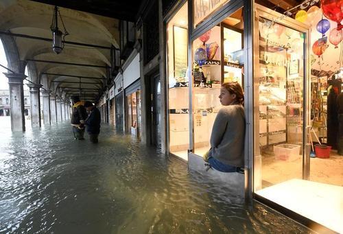 بالا آمدن بیسابقه سطح آب در شهر ونیز ایتالیا/ رویترز