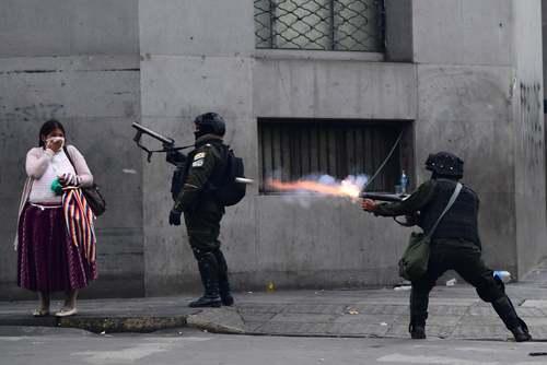 شلیک گاز اشک آور از سوی پلیس بولوی به سمت معترضان در جریان اعتراضات حامیان