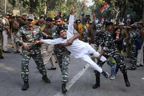 دستگیری فعالان حزب کنگره هند در جریان تجمع اعتراضی در شهر دهلینو/ آسوشیتدپرس