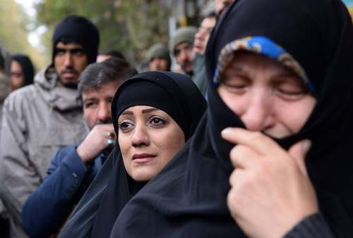 عکس خبرگزاری آناتولی ترکیه از مراسم تشییع دو مامور امنیتی که در جریان ناآرامیهای پس از افزایش قیمت بنزین در تهران به شهادت رسیدهاند.