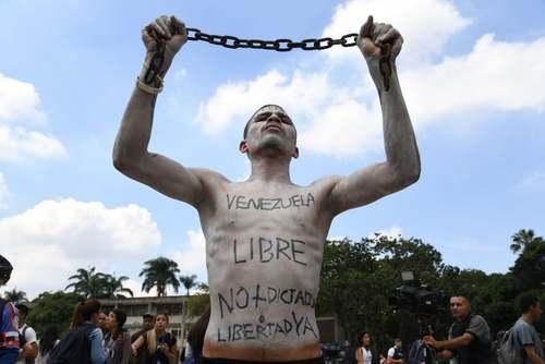 یک دانشجوی ونزوئلایی در تظاهرات مخالفان رییس جمهوری ونزوئلا (نیکولاس مادورو) در شهر کاراکاس/ خبرگزاری فرانسه