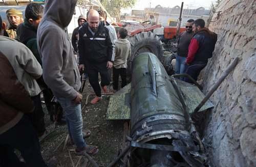 جمع شدن اردوگاه نشینان سوری نزدیک مرز ترکیه در کنار بقایای یک بمب که منجر به کشته شدن 15 نفر و زخمی شدن 40 نفر از ساکنان اردوگاه شده است./ خبرگزاری فرانسه