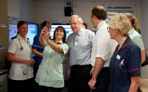 سلفی خدمه با نخست وزیر بریتانیا در جریان بازدید از بیمارستان/ گتی ایمجز