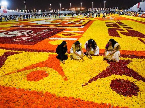 شهروندان ملیتهای مختلف در حال درست کردن بزرگترین فرش گُل جهان در شهر دوبی / گلف نیوز