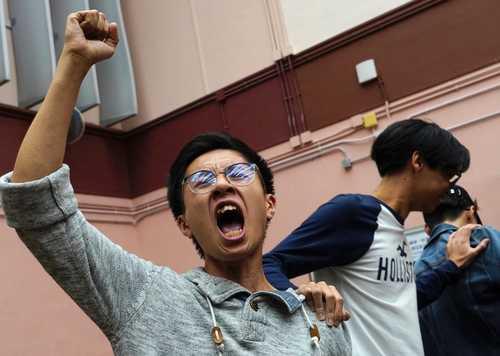 شادمانی هواداران جنبش دموکراسی خواهان هنگ کنگ از پیروزی نامزدهای مورد حمایتشان در انتخابات شوراهای محلی/ آسوشیتدپرس