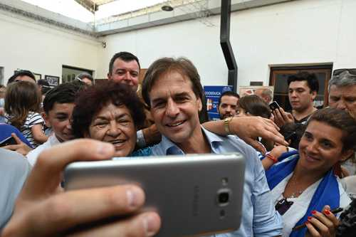 سلفی گرفتن با یکی از نامزدهای انتخابات ریاست جمهوری اروگوئه در یک مرکز رایگیری/ خبرگزاری فرانسه
