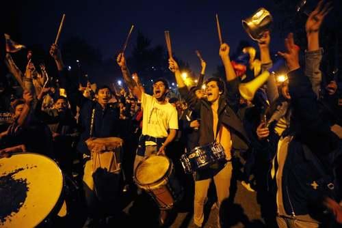 تظاهرات شبانه مخالفان رییس جمهوری کلمبیا در مقابل اقامتگاه رییس جمهوری در شهر