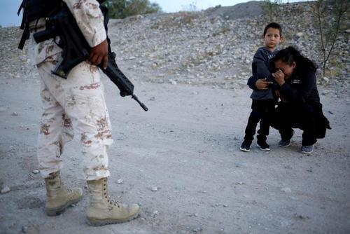 مهاجر گواتمالایی و فرزندش در مرز مکزیک و ایالات متحده آمریکا/ 22 جولای 2019