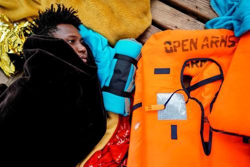 پناهجویان آفریقایی تبار سرگردان روی کشتی در سواحل دریای مدیترانه/ رویترز