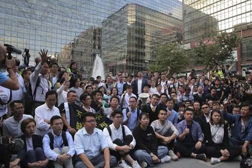 تجمع نامزدهای منتخب شوراهای محلی هنگکنگ در مقابل دانشگاه پلیتکنیک/ آسوشیتدپرس