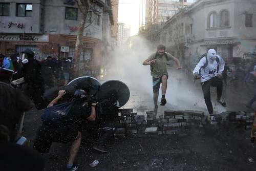 ادامه اعتراضات ضددولتی در شهر سانتیاگو شیلی/ EPA