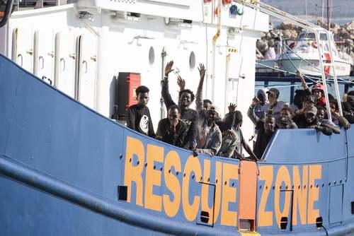 شادمانی 78 پناهجوی آفریقایی از رسیدن به جزیره سیسیل ایتالیا/ EPA