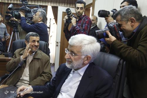 حالت جلیلی و لبخند زدن احمدی نژاد به عکاسان