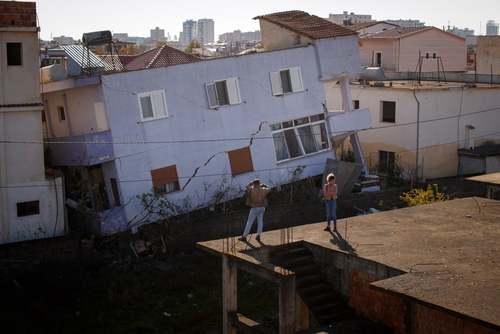 ساختمان فروریخته در اثر زلزله در شهر
