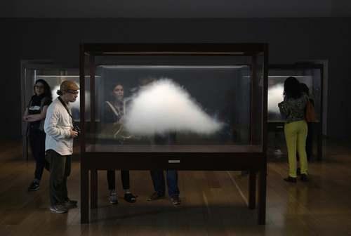 بازدیدکنندگان در حال تماشای اثری هنری به نام