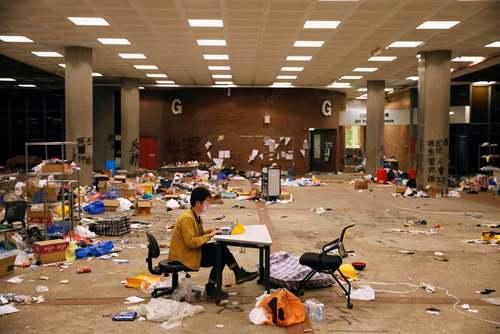 یک خبرنگار هنگ کنگی در حال ارسال گزارش از دانشگاه پلیتکنیک پس از وقوع اعتراضات در این دانشگاه/ رویترز