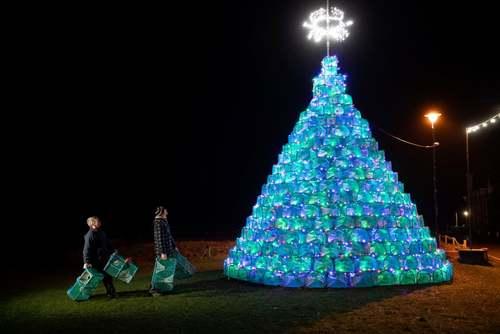درخت کریسمس ساخته شده از 340 قطعه قفس صید میگو و خرچنگ در اسکاتلند/PA