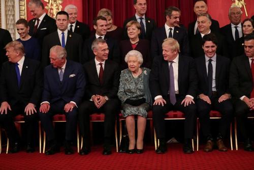 عکس یادگاری سران ناتو با ملکه بریتانیا در نشست سران ناتو در لندن در هفتادمین سالگرد تاسیس این پیمان امنیتی – نظامی/ رویترز