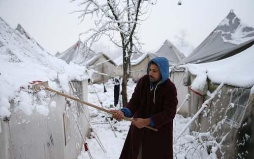 بارش برف در اردوگاه پناهجویان در شهر