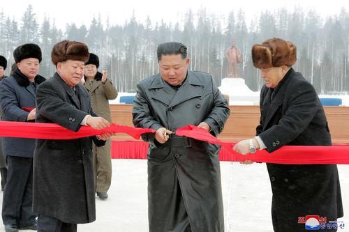 رهبر کره شمالی در حال بریدن روبان افتتاح در مراسمی در شهر