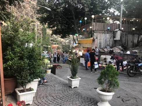 آخر هفته ها به ویژه در فصل تابستان تهرانی ها به منطقه خوش آب و هوای دربند در شمال تهران می روند