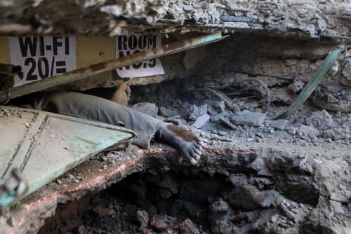پاهای یک مرد جانباخته در حادثه ریزش یک ساختمان 6 طبقه در شهر