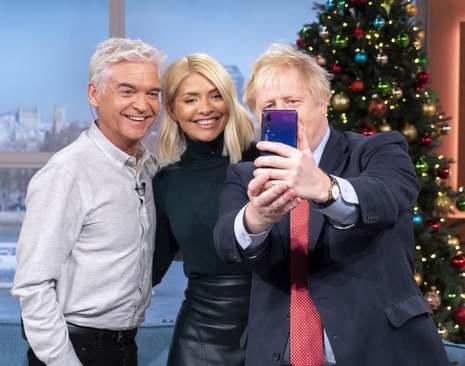 سلفی گرفتن نخست وزیر بریتانیا با مجریان یک برنامه صبحگاهی تلویزیونی بریتانیا/ گاردین