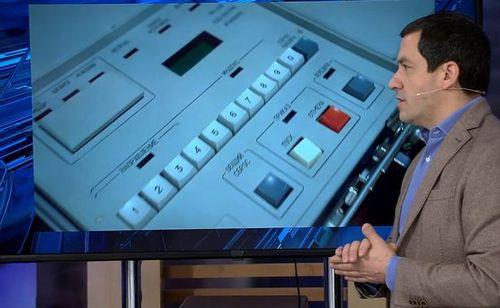 کارشناس تلویزیون دولتی روسیه در حال تشریح محتویات چمدان اتمی روسیه