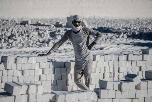 یک کارگر معدن سنگ آهک سفید در مصر/ خبرگزاری فرانسه