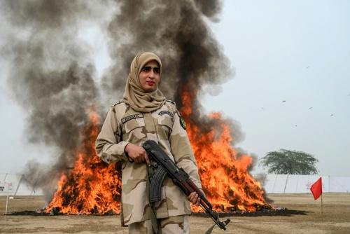 آتش زدن محموله مواد مخدر از سوی پلیس پاکستان در شهر لاهور/ خبرگزاری فرانسه