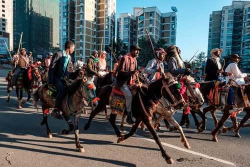 دهها مرد اسب سوار در شهر