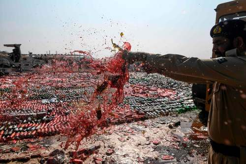 معدوم کردن هزاران بطری مشروبات الکلی در کراچی پاکستان. از سال 1977 (1355) مصرف و فروش مشروبات الکلی در پاکستان غیرقانونی است./ خبرگزاری فرانسه