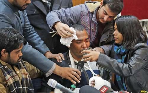 دانشجویان هم صنفی یک دانشجوی مسلمان هندی که به ضرب باتوم پلیس ضد شورش زخمی شده به او کمک میکنند. این دانشجوی مسلمان در جریان تظاهرات بر ضد قانون جدید شهروندی هند زخمی شده است./ آسوشیتدپرس
