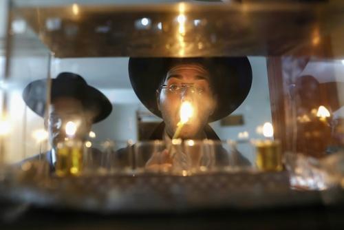 روشن کردن شمع از سوی یهودیان شهر قدس در نخستین شب تعطیلات عید