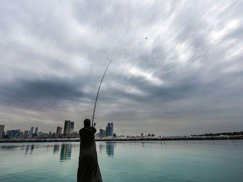 ماهیگیری زن اماراتی در بندر شارجه/ گلف نیوز