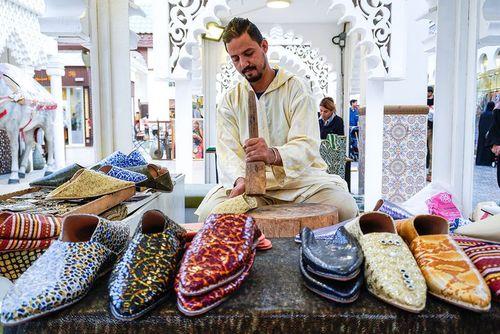 یک کفشدوز سنتی مراکشی در غرفه مراکش در نمایشگاه